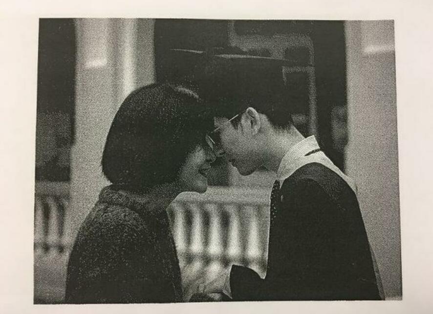 甄子丹儿子与母亲毕业照