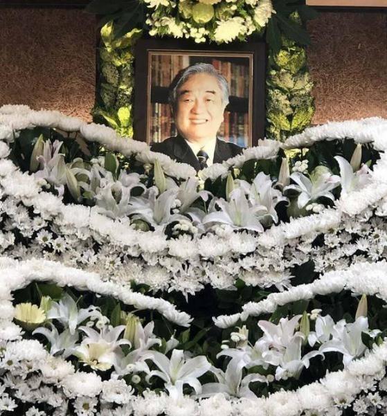 琼瑶为丈夫举行花葬
