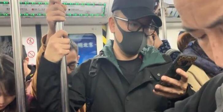 黄海波乘地铁接儿子 戴着帽子口罩眼镜全副武装现身