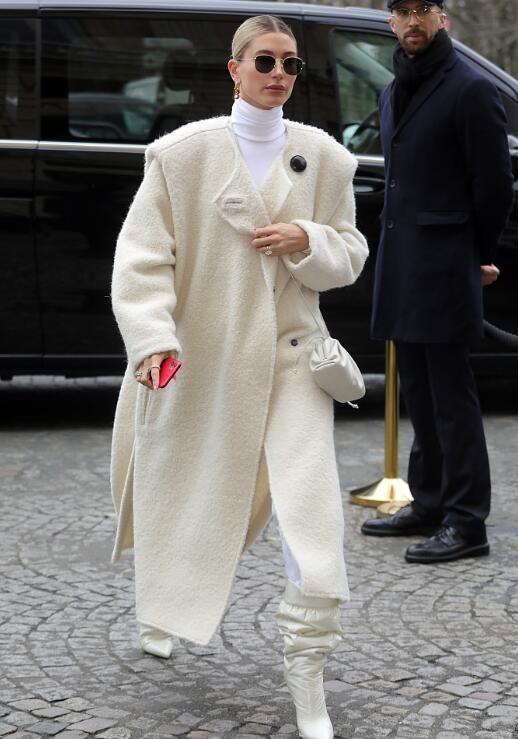 海莉穿白色大衣