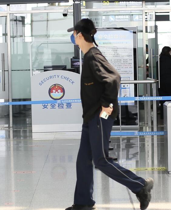 陈学冬独自现身机场