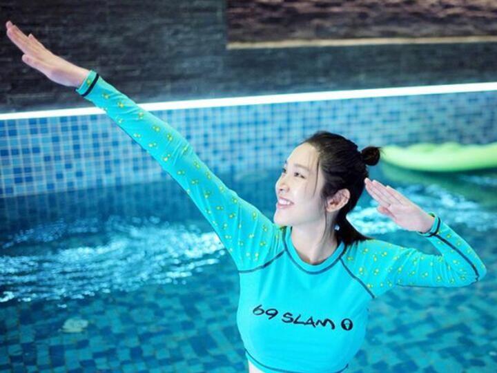 唐艺昕晒孕期游泳照片 摆出可爱造型少女感满满