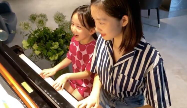 黄多多和妹妹四手联弹 两人默契弹奏画面十分养眼