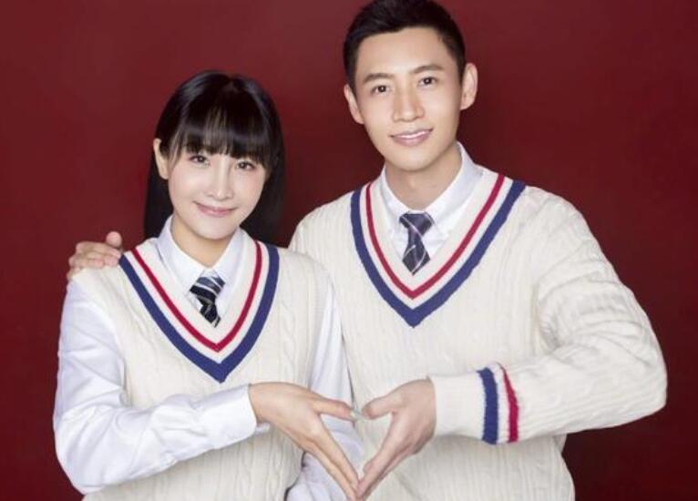 魏晨官宣结婚喜讯 与老婆微笑比心非常有夫妻相