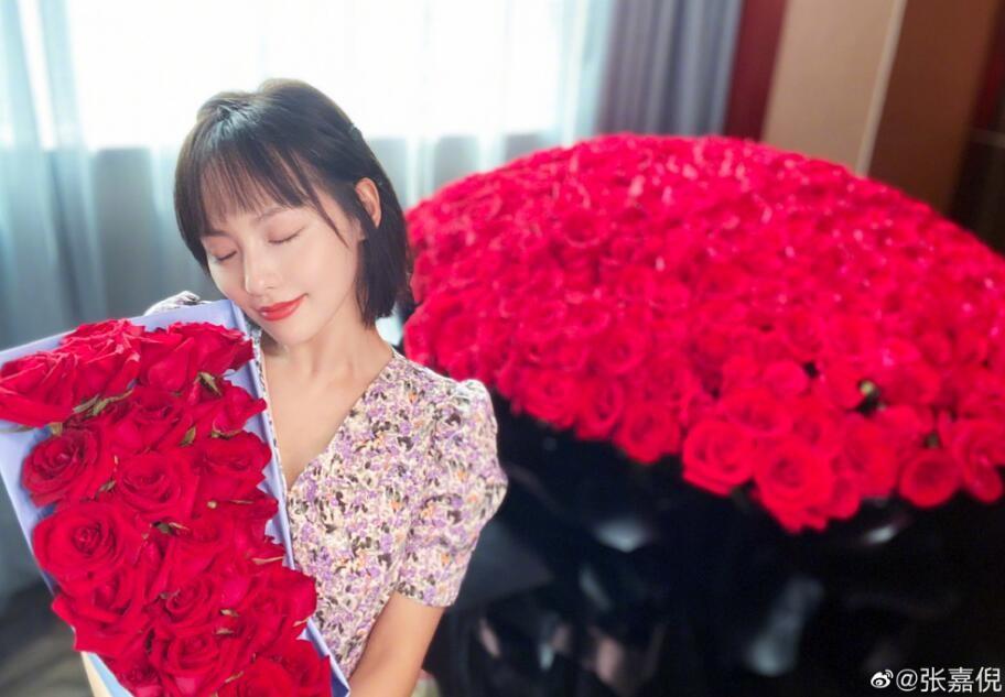 张嘉倪晒巨型玫瑰