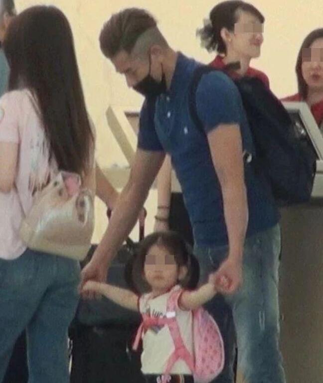 郭富城带女儿出游