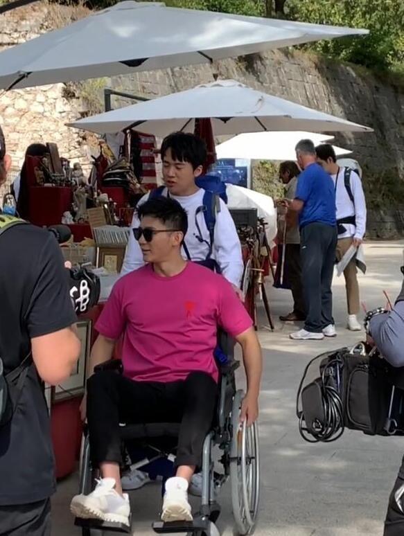 李晨国外录综艺受伤 坐轮椅出行极为不方便