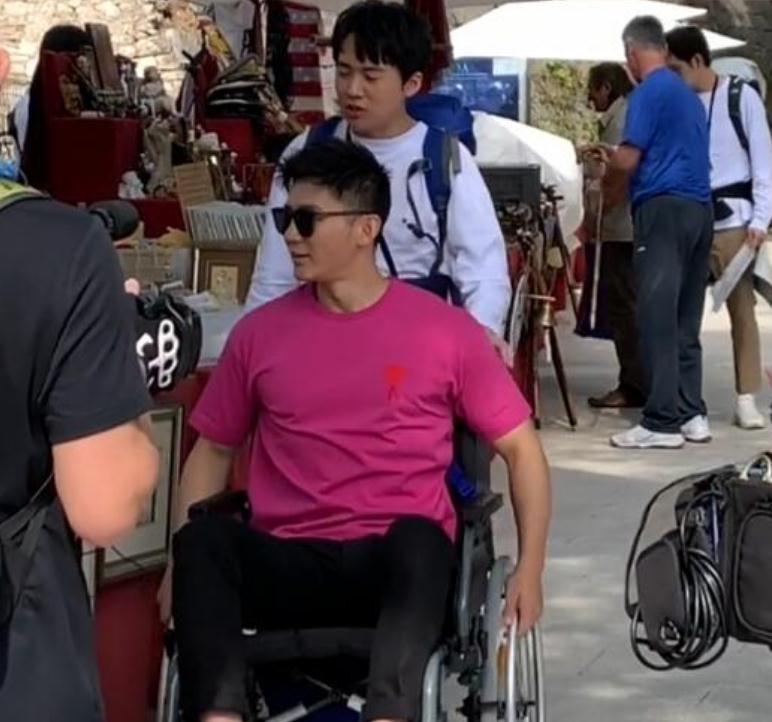 李晨国外录综艺受伤 出门需要坐轮椅疑似伤到腰部