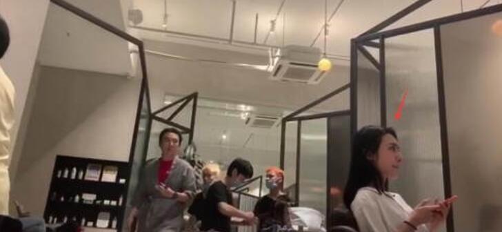 王思聪现身理发店 穿理发店袍子走路霸气则漏