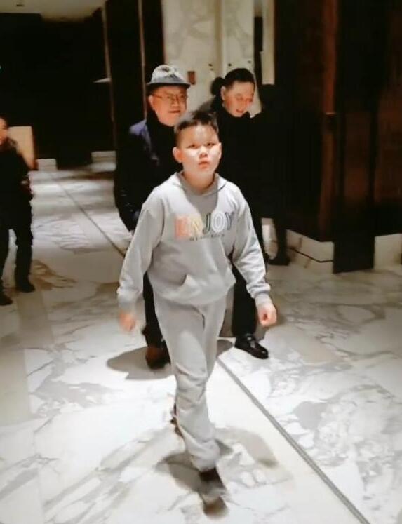 王刚带11岁儿子逛街