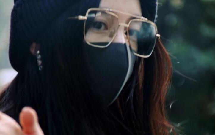 杨幂戴金丝眼镜