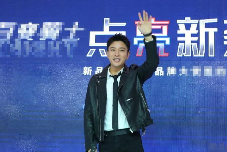 贾乃亮出席活动 热情和粉丝们挥手心情不受影响