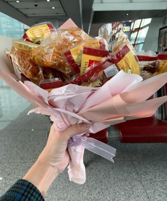 张若昀机场被送鸡腿