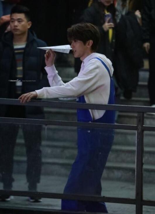 蔡徐坤扔纸飞机