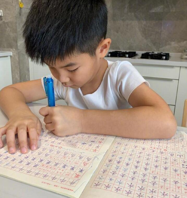 沙溢发文谈孩子教育:少做些工作放弃些机会不会后悔