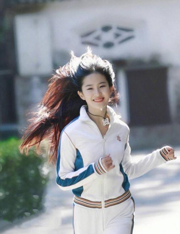 刘亦菲运动装旧照曝光 青春甜美一副真实少女模样