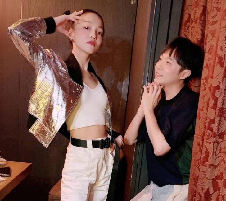 吴青峰晒与张韶涵合照 一脸崇拜看着张韶涵画面有趣