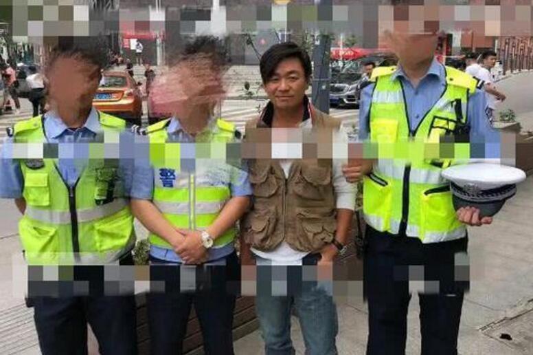 王宝强近照曝光 和警察合影被调侃像犯人一般