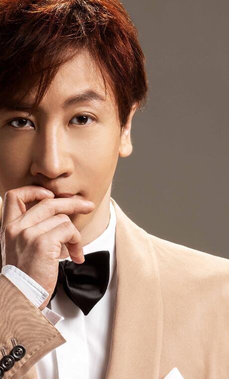 刘谦最新写真曝光 身着经典英伦西装彰显男士风范