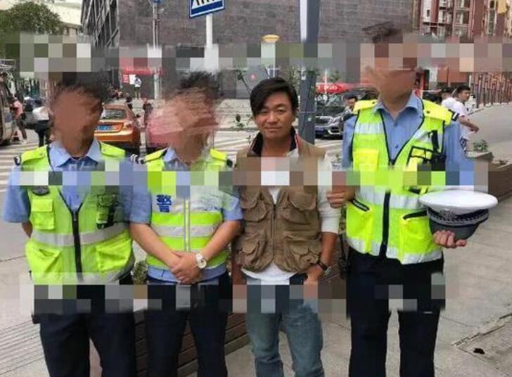 王宝强与警察合影 网友调侃:老实得像被逮捕了一样