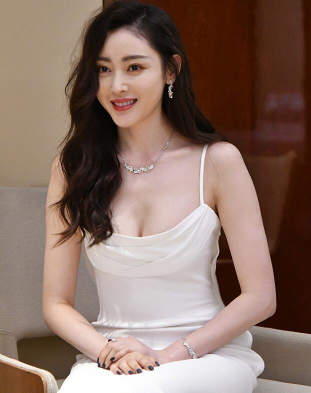 张天爱穿吊带白裙现身
