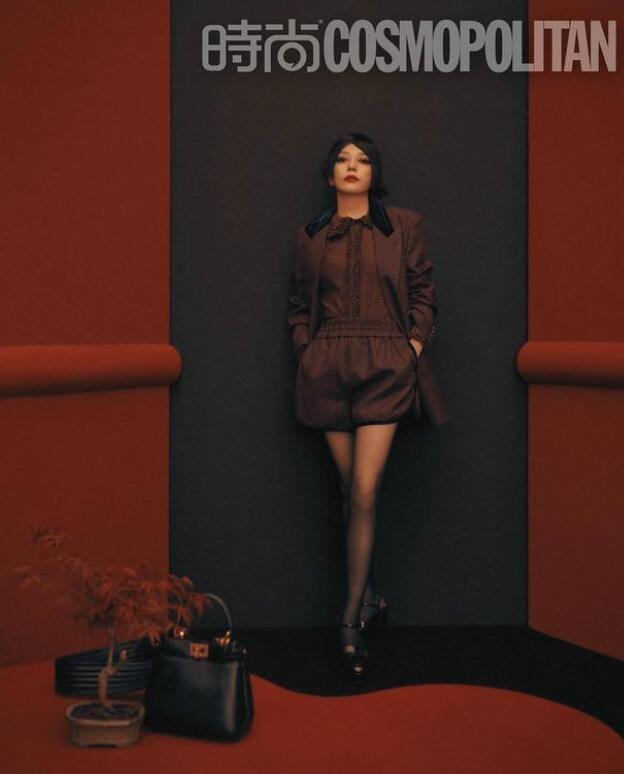 赵薇时尚封面大片 率性和妩媚互相渗透展现独特气质