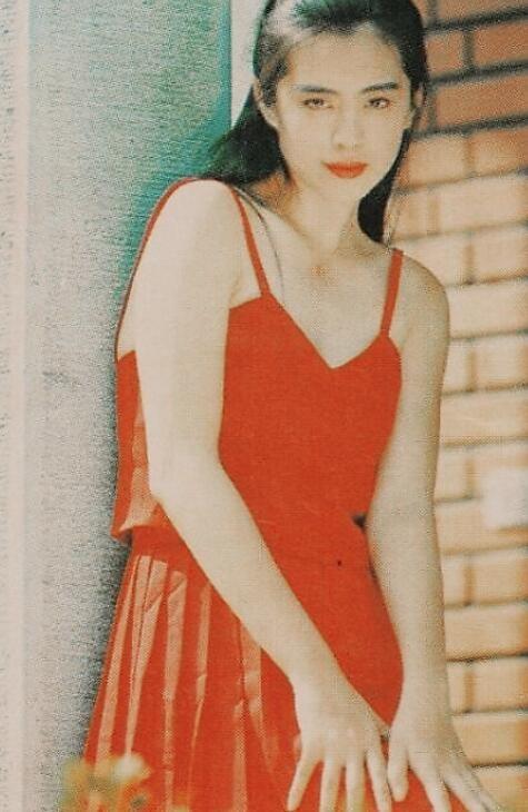 王祖贤青涩旧照曝光 对镜托腮甜笑犹如画面美人一般