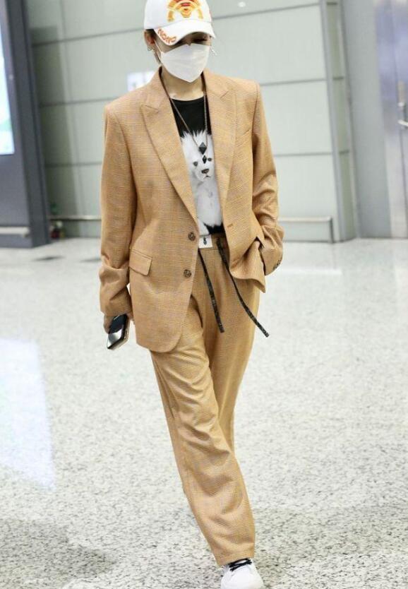宁静机场跳舞 一边滑步一边抖肩超有女团范儿