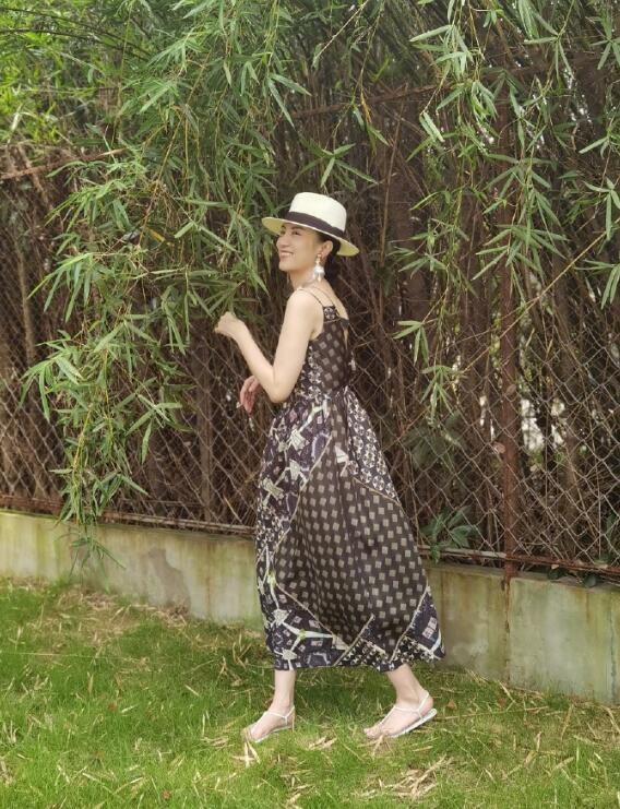 宋佳草帽配吊带裙