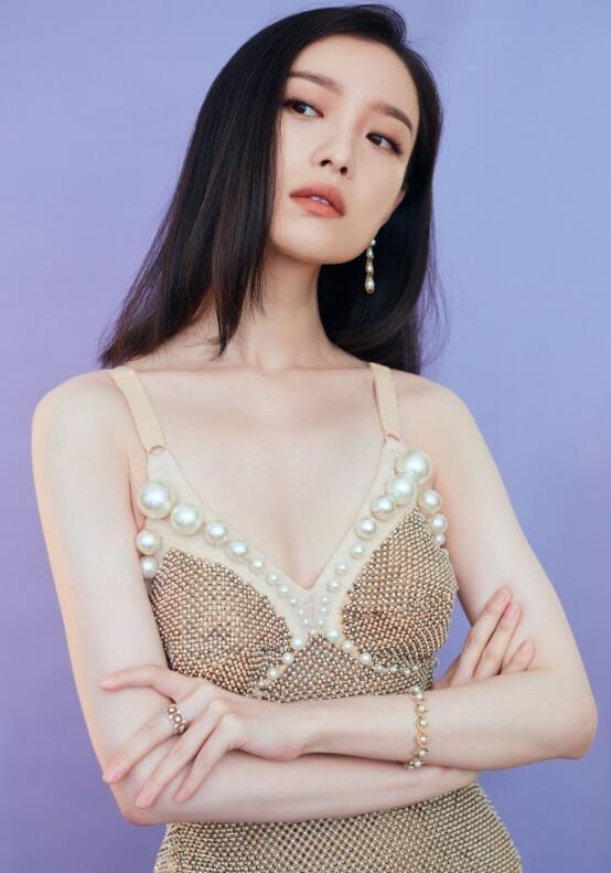 倪妮穿珍珠吊带透视裙
