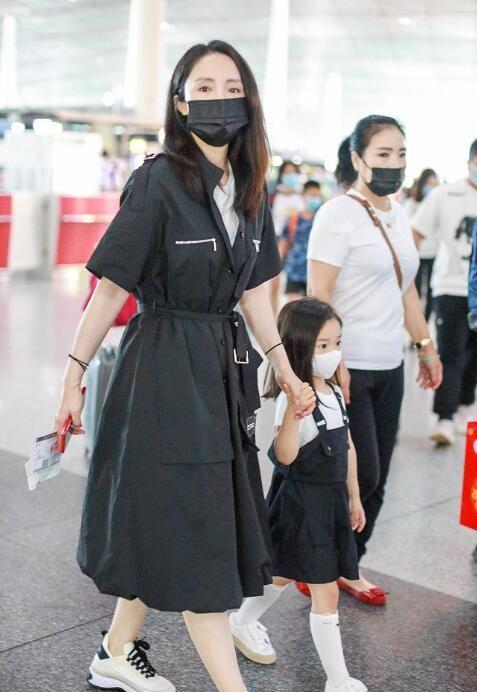 董璇和女儿穿亲子装