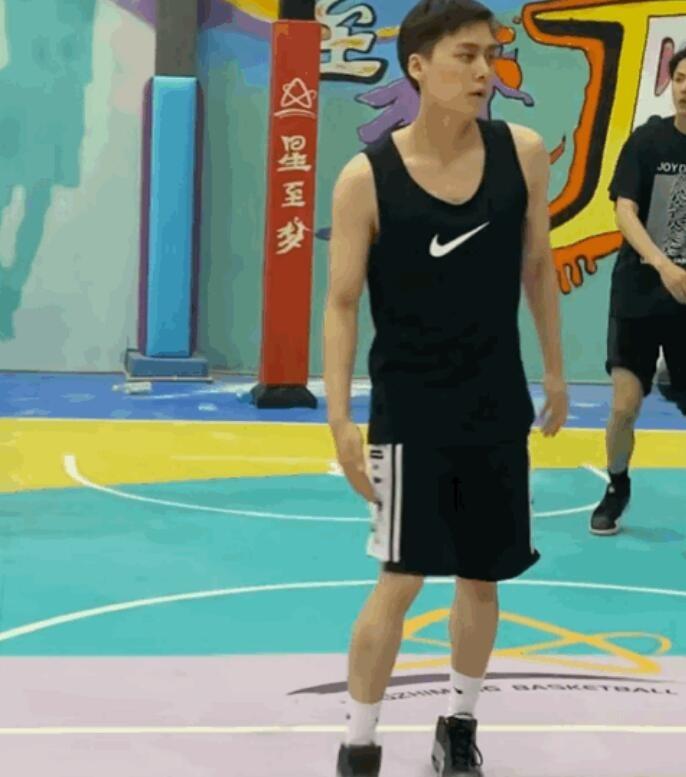 网友偶遇李易峰打篮球
