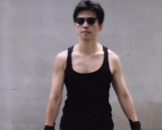 李健晒健身视频