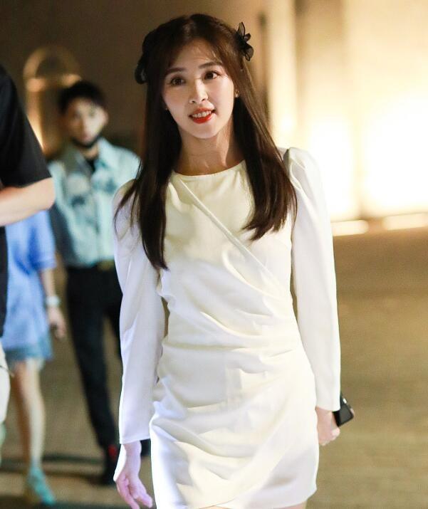 张含韵穿白裙清纯动人