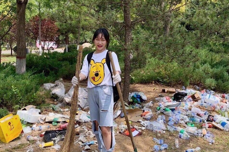女网红捡垃圾前照片