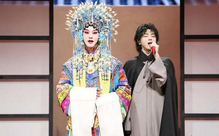 王牌对王牌收官 黄晓明一身华美戏装扮相惊艳了全场